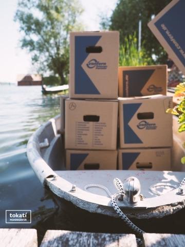 Ein Ruderboot mit Umzugskartons? Wieso nicht!